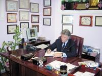 دكتور إبراهيم الفقي في مكتبه