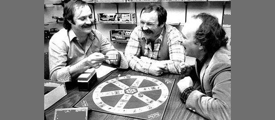 مؤسسو سباق المعلومات من اليسار كريس هيني، ثم جون هيني، ثم سكوت آبوت