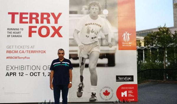 أحمد سعد مع صورة معرض تيري فوكس في كندا