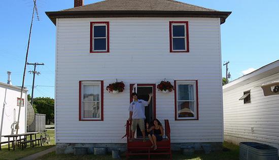 رحلة مقايضة مشبك ورق أحمر ببيت من دورين