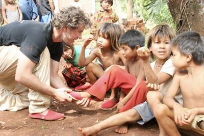 بلايك يوزع الأحذية على الأطفال المحتاجين