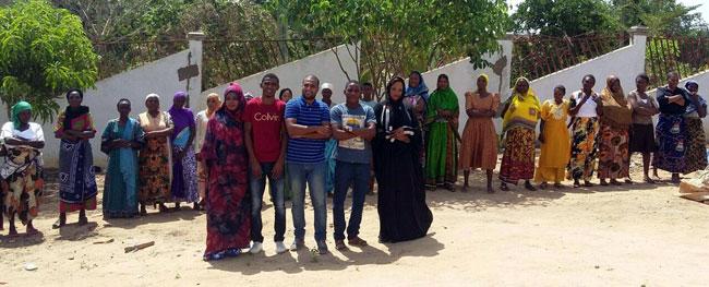 ضياء الدين مع أعضاء شركته في تنزانيا
