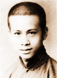 لي كا شنغ صغيرا، حليق الرأس.