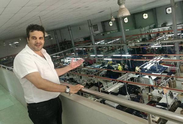 ياسين العربي يرحب بنا في المصنع