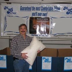 مايكل ليندل يبيع وساداته في معرض محلي